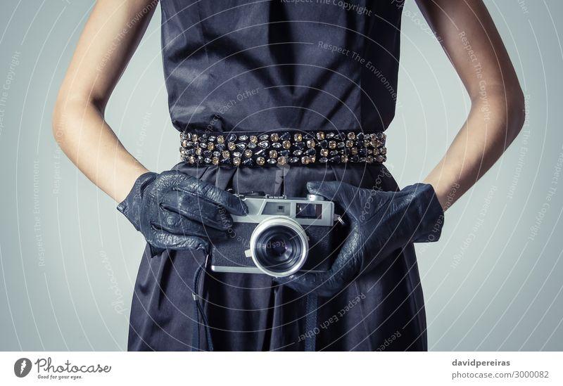 Schönes Mode-Mädchen mit einer analogen Fotokamera Reichtum elegant Stil schön Körper Haare & Frisuren Haut Gesicht Schminke Tapete Frau Erwachsene Lippen Hand
