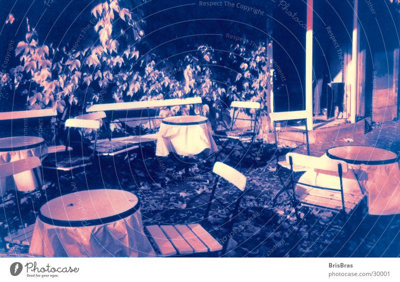 Teestube in Blau Stimmung Herbst Außenaufnahme Stuhl Tisch Freizeit & Hobby Verfremdet blau getönt Mensch