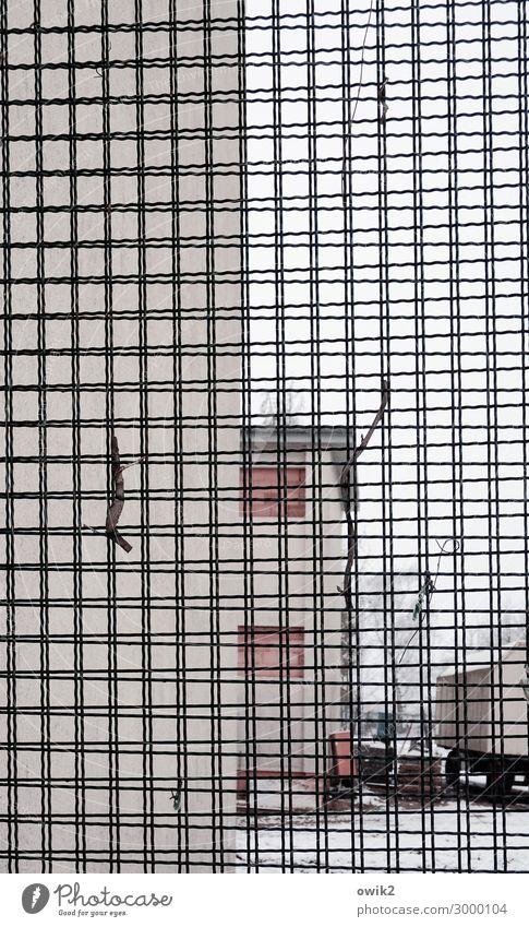 Schule hinter Gitter Dorf Haus Gebäude Mauer Wand Fassade eckig einfach Barriere Baustelle modern Fenster Winter Schnee abweisend Schutz Sicherheit Farbfoto