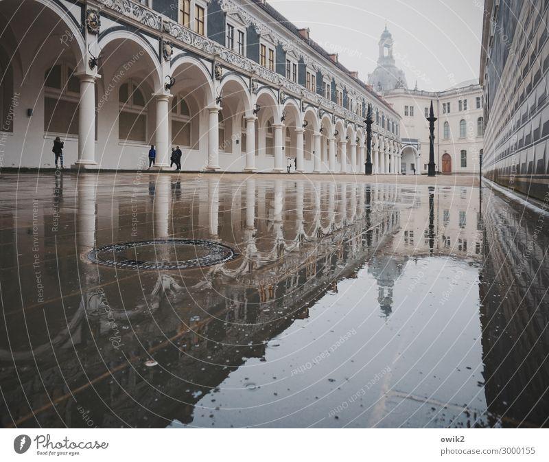 Dresden unter Wasser Mensch Regen Deutschland Stadt Stadtzentrum bevölkert Kirche Bauwerk Gebäude Architektur Sehenswürdigkeit historisch nass Innenhof Arkaden