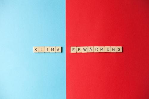 Klimaerwärmung blau rot Gesundheit Holz Umwelt Wetter Schriftzeichen Papier Wandel & Veränderung Gesellschaft (Soziologie) Umweltschutz Politik & Staat
