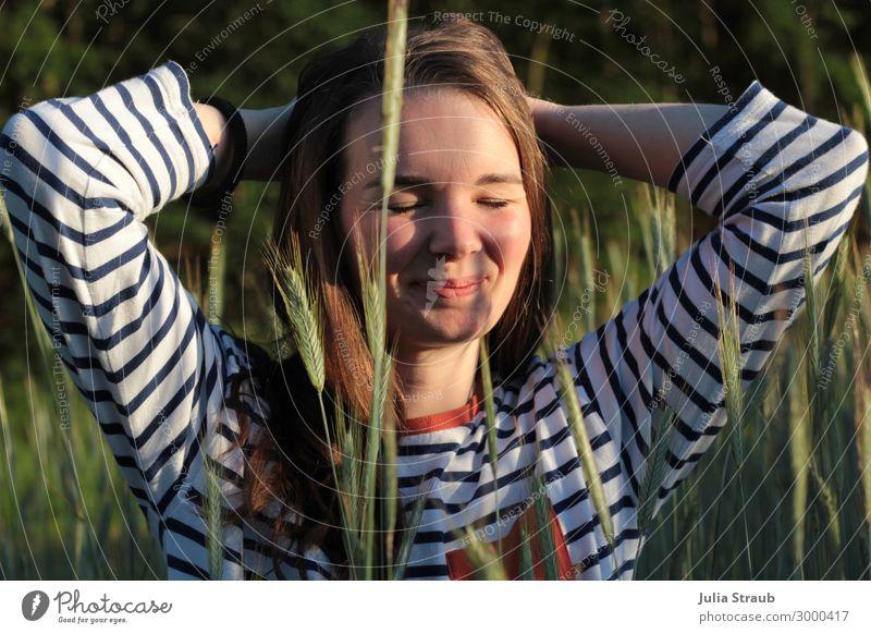Frau sitzt im Kornfeld und genießt die Abendsonne feminin Erwachsene 1 Mensch 30-45 Jahre Natur Sonnenlicht Sommer Schönes Wetter Pflanze Feld T-Shirt brünett