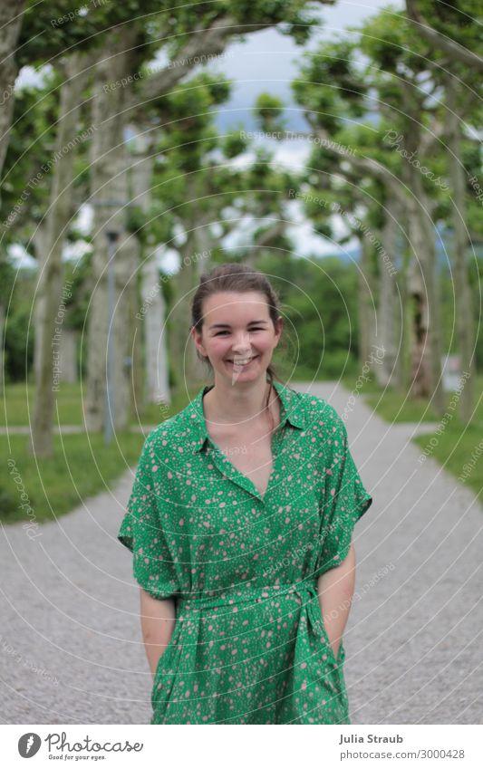 Platanengarten Frau Kleid Weg feminin Erwachsene 1 Mensch 30-45 Jahre Natur Sommer Baum Park Herreninsel brünett langhaarig Zopf drehen lachen laufen