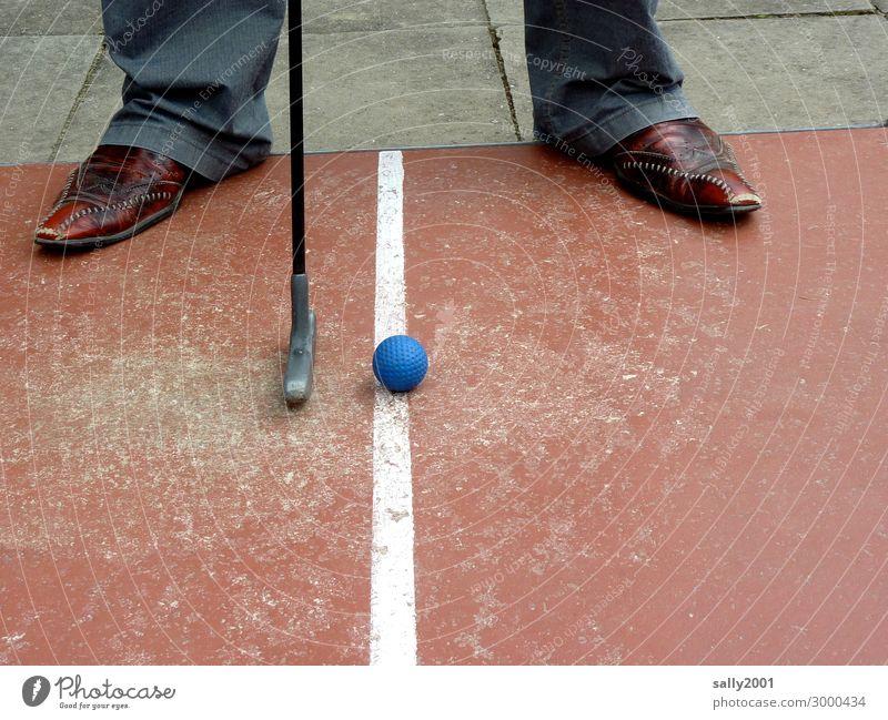 Randsportart...? Minigolf maskulin Mann Erwachsene Fuß 1 Mensch Hose Schuhe Minigolfschläger Golfball Spielen außergewöhnlich Coolness sportlich blau Erfolg