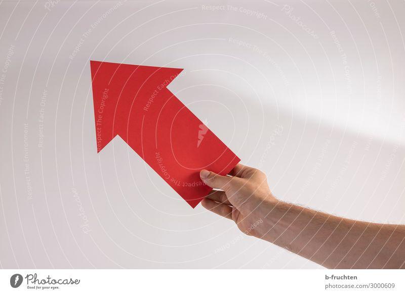 aufwärts Büro Karriere Erfolg Mann Erwachsene Hand Finger Papier Zeichen Hinweisschild Warnschild Pfeil gebrauchen beobachten festhalten Kommunizieren Blick rot