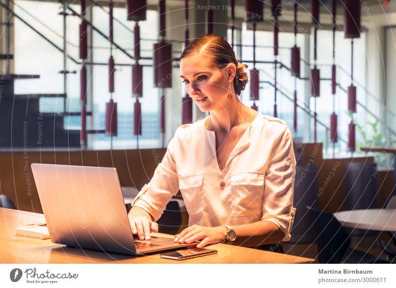 Junge Geschäftsfrau beim Tippen am Computer schön Schreibtisch Arbeit & Erwerbstätigkeit Beruf Büro Business Notebook Technik & Technologie Internet Mensch Frau