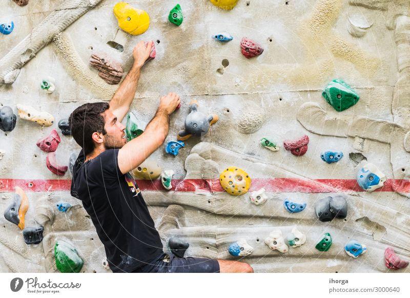 Mann übt Klettern an einer künstlichen Wand in Innenräumen. Lifestyle Freude Freizeit & Hobby Sport Bergsteigen Erwachsene 1 Mensch 18-30 Jahre Jugendliche