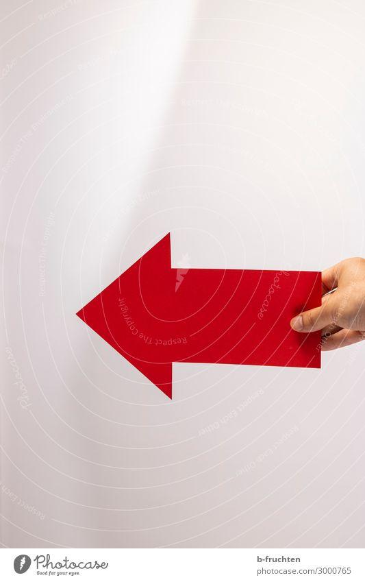 Nach links. Business Karriere Erfolg Mann Erwachsene Hand Finger Zeichen Hinweisschild Warnschild Pfeil wählen festhalten Blick rot Papier Basteln Richtung