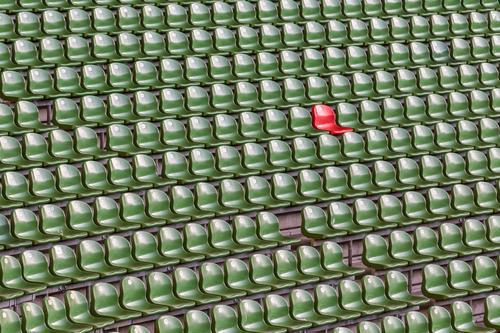 Isolation   Im Stadion grüne Sitzreihen mit einem roten Sitz Stuhl Veranstaltung Sport Publikum Fan Tribüne Sportveranstaltung Sportstätten außergewöhnlich Kanu