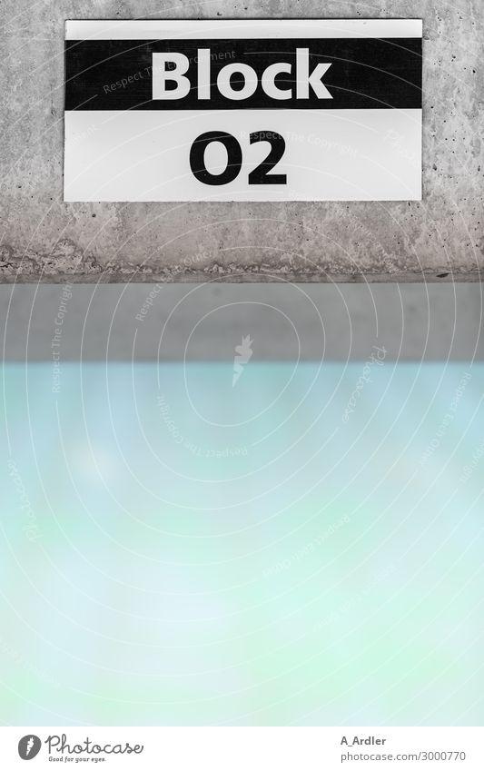 Hinweisschild im Stadion blau grün weiß schwarz Architektur Wand Sport Mauer Fassade grau Fitness Beton Ziffern & Zahlen Bauwerk türkis Sportrasen