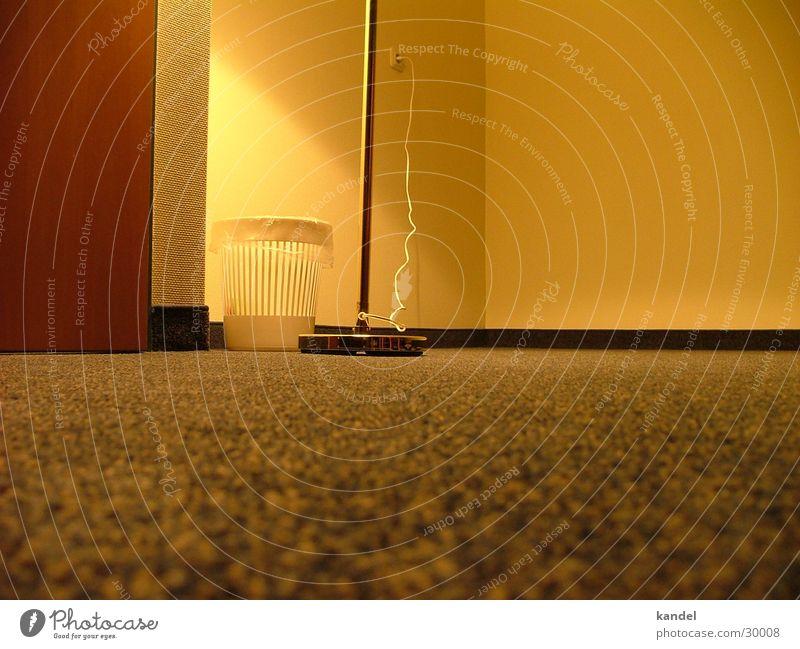 Auf dem Boden der Tatsachen Teppich Lampe Müllbehälter Wohnung Raum gelb Licht Bodenbelag