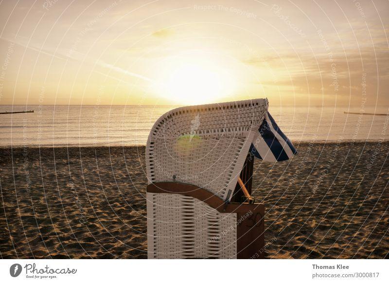 Einsamer Strandkorb am Ostseestrand Erholung Ferien & Urlaub & Reisen Sommer Sonne Meer Natur Sand braun gold Sandstrand gold-braun ruhig Außenaufnahme