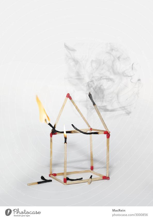 Hausbrand Rauchen Bauwerk Gebäude schwarz Brandgefahr Flamme Schaden Vor dunklem Hintergrund Hintergrundbild Streichholz Symbole & Metaphern Farbfoto