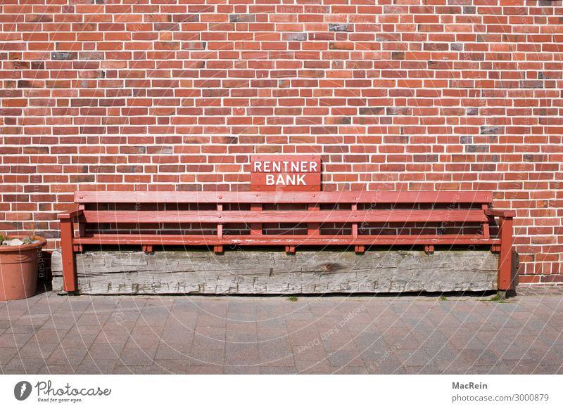 Rentner Bank Freizeit & Hobby Ferien & Urlaub & Reisen Backstein sitzen frei Pause Holzbank Steinwand Wand Text Farbfoto Außenaufnahme Menschenleer