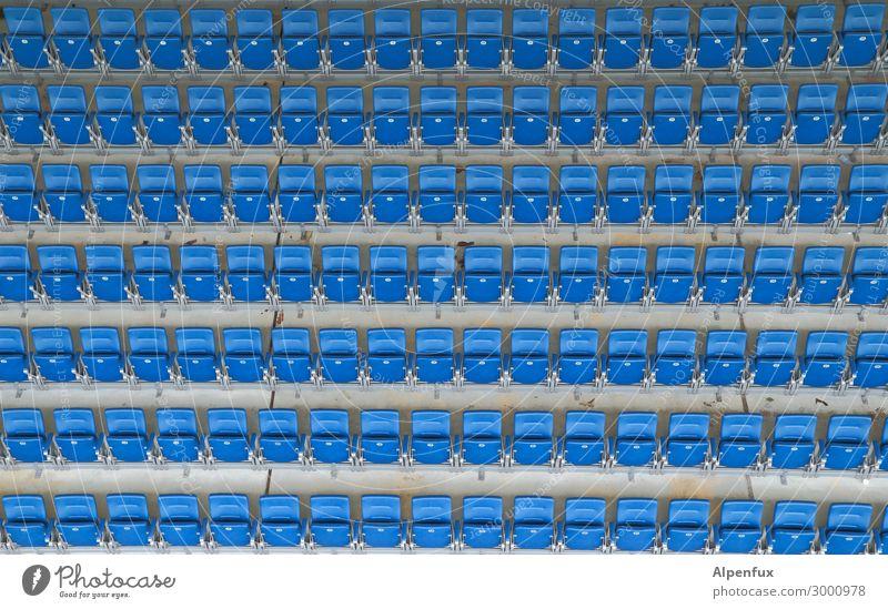 Bitte nehmen sie ihre Plätze ein! blau Einsamkeit Traurigkeit Sport Spielen Freundschaft Erfolg Fußball Platzangst Zukunftsangst Verzweiflung Handel