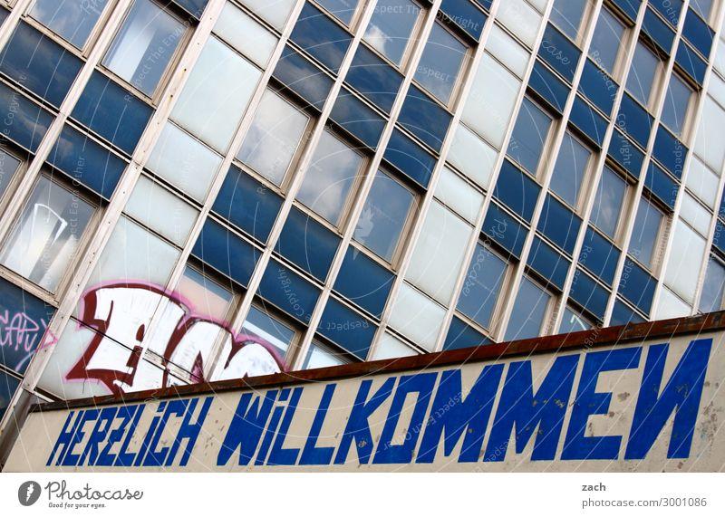 Herzlich Willkommen Stadt Stadtzentrum Haus Hochhaus Ruine Mauer Wand Fassade Fenster Glas Zeichen Schriftzeichen Linie Häusliches Leben eckig kaputt blau Ehre