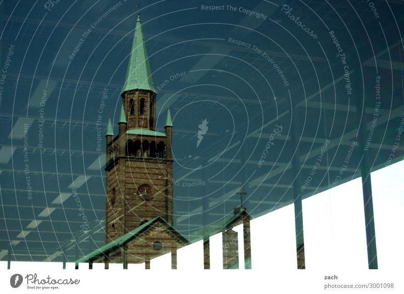 Kirchenfenster Berlin Stadt Hauptstadt Stadtzentrum Altstadt Menschenleer Turm Fassade Fenster Sehenswürdigkeit Linie historisch kalt retro blau Hoffnung Glaube