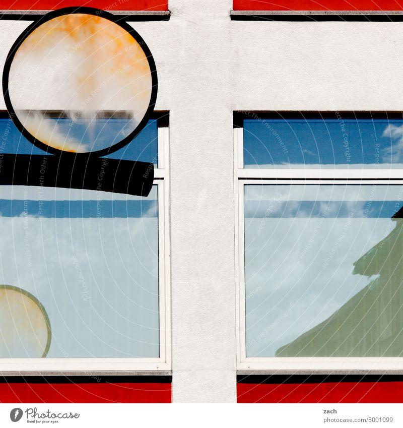 Firlefanz Stadt Stadtzentrum Haus Industrieanlage Fassade Linie blau weiß Farbfoto Außenaufnahme Menschenleer Textfreiraum Mitte Tag Reflexion & Spiegelung