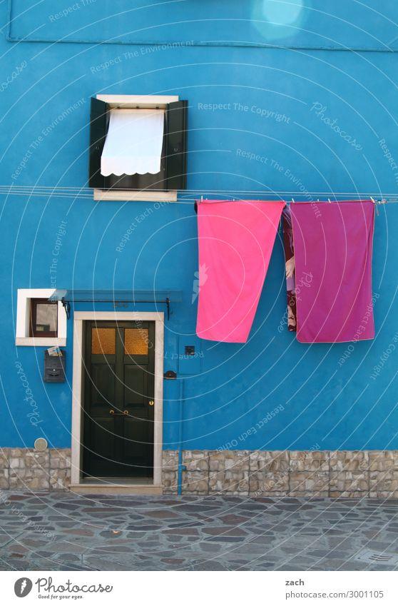 blau | pink Häusliches Leben Haus Venedig Burano Italien Fischerdorf Altstadt Mauer Wand Fassade Fenster Tür Holz rosa Wäsche Handtuch Farbfoto Außenaufnahme
