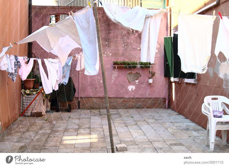 luftig | auslüften Haus Wand Mauer Fassade rosa Häusliches Leben frisch Insel Platz Italien violett Altstadt Dorf hängen Terrasse Wäsche waschen