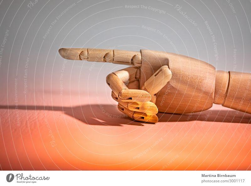 Nach links wenden, Schaufensterpuppe Hand auf farbigem Hintergrund Design Körper Mensch Mann Erwachsene Finger Puppe Roboter Holz Liebe weiß Idee berühren
