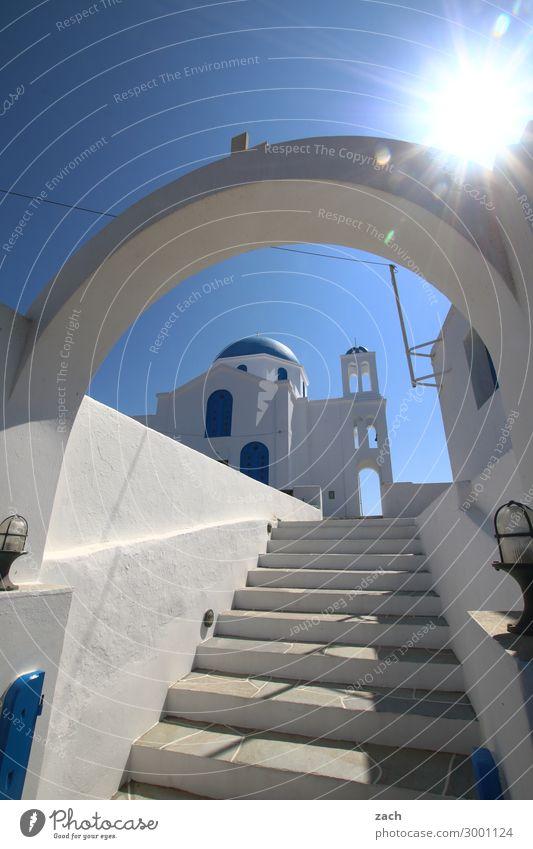 verschachtelt Himmel Wolkenloser Himmel Sonnenlicht Insel Folegandros Kykladen Griechenland Dorf Fischerdorf Altstadt Menschenleer Haus Kirche Dom Tor Treppe