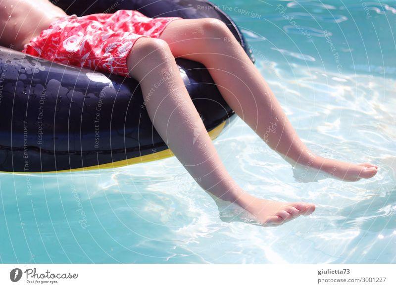 Chilling in the pool Kind Mensch Ferien & Urlaub & Reisen Sommer Wasser Sonne Erholung Beine Junge Fuß Freizeit & Hobby Kindheit Lebensfreude Schönes Wetter