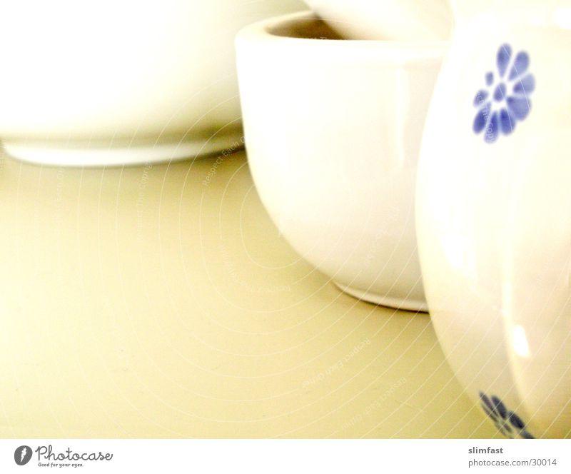 Drei Freunde aus Porzellan weiß Küche Regal Stillleben Tasse Häusliches Leben Geschirr Detailaufnahme Mörser Schalen & Schüsseln