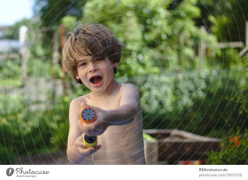 Wasser Marsch - Junge mit Wasserpistole Kind Mensch Ferien & Urlaub & Reisen nackt Sommer Freude natürlich Garten Spielen Haare & Frisuren Häusliches Leben