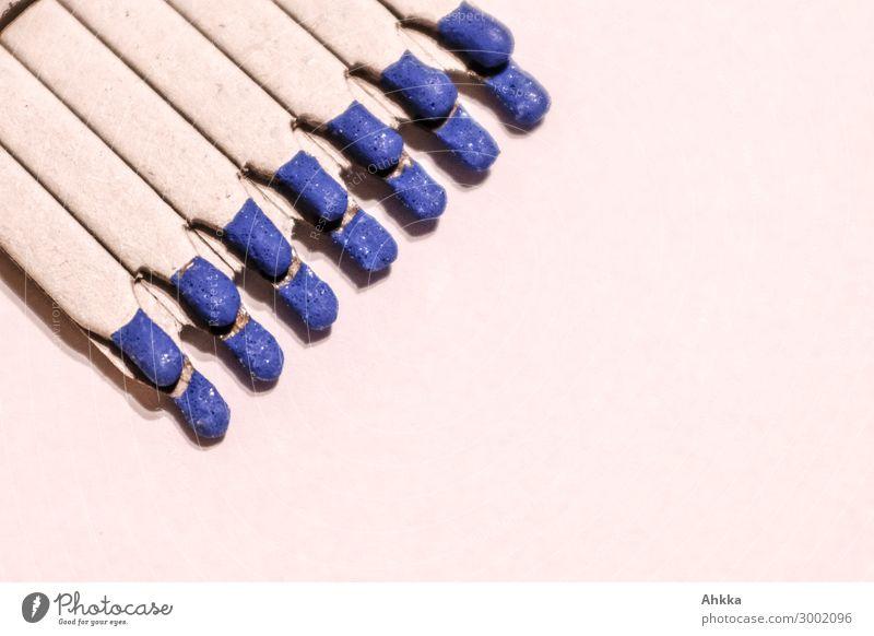 Blaue Streichhölzer, Zweierreihe Papier Streichholz blau bedrohlich Hilfsbereitschaft Konkurrenz Moral nachhaltig Optimismus Ordnung Risiko Sucht Symmetrie