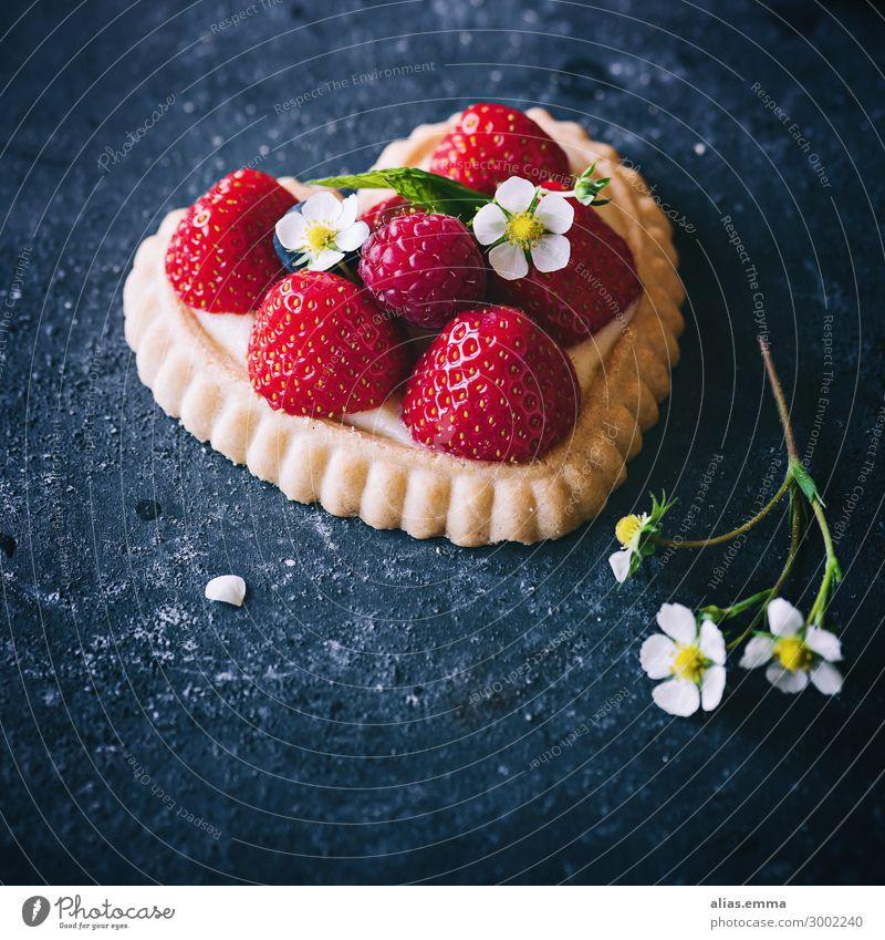 Erdbeertörtchen in Herzform auf dunklem Untergrund Törtchen erdbeerkuchen herzförmig Erdbeeren dunkel Hintergrundbild Sommer Textfreiraum Blüte Muttertag