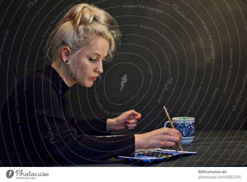 Alexa   Junge Frau malt mit Aquarellfarben Mensch Jugendliche schön schwarz 18-30 Jahre Lifestyle Erwachsene Farbstoff natürlich feminin Kunst außergewöhnlich