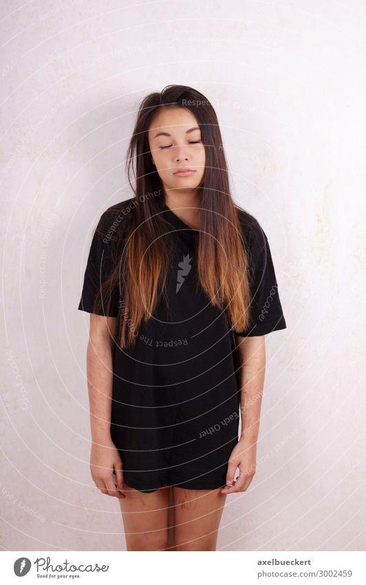 SVV - selbstverletzendes Verhalten Krankheit Mensch feminin Junge Frau Jugendliche Erwachsene 1 13-18 Jahre 18-30 Jahre T-Shirt Traurigkeit weinen Gefühle