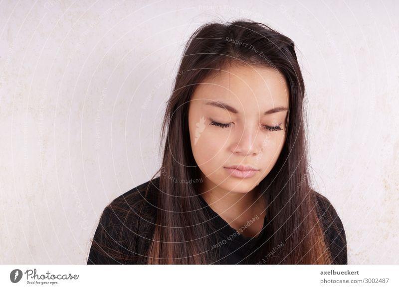 junge Asiatin weint Lifestyle Mensch Junge Frau Jugendliche Erwachsene 1 13-18 Jahre 18-30 Jahre schwarzhaarig brünett langhaarig Traurigkeit weinen Gefühle