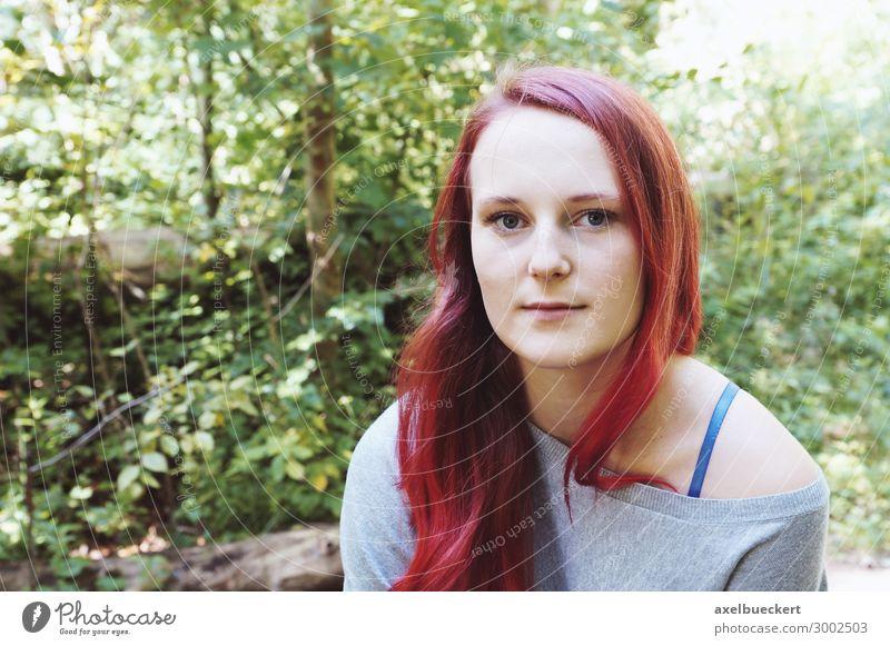 Außenporträt einer jungen Frau im Wald Lifestyle Zufriedenheit Freizeit & Hobby Mensch feminin Junge Frau Jugendliche Erwachsene 1 18-30 Jahre Natur Garten Park