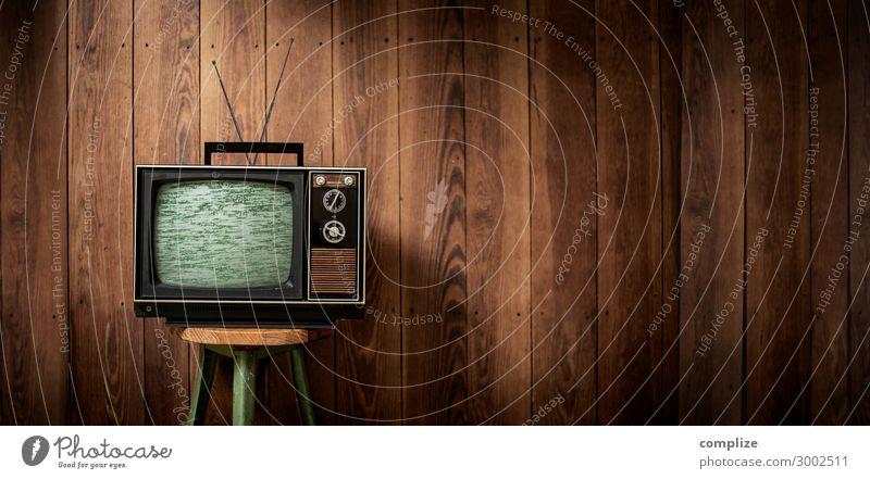 Vintage Fernseher vor Holzwand | Panorama Stil Design Freizeit & Hobby Häusliches Leben Wohnung Innenarchitektur Raum Wohnzimmer Medienbranche Werbebranche