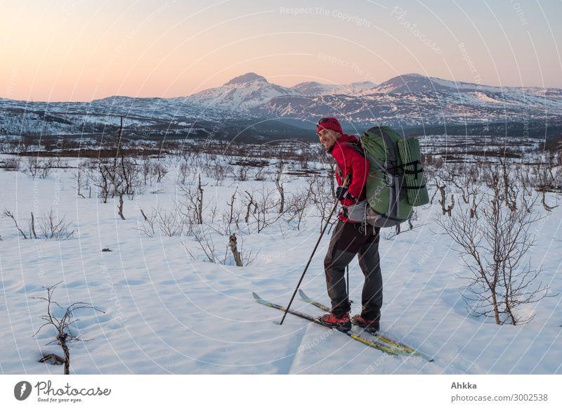 Winterlicher Abenteurer in Abendstimmung vor Berglandschaft Ferien & Urlaub & Reisen Jugendliche Junger Mann ruhig Berge u. Gebirge natürlich Schnee Stimmung