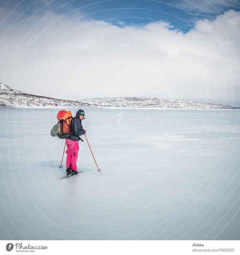 Wasserfahrt Ferien & Urlaub & Reisen Natur Jugendliche Junge Frau Wolken Winter Schnee Horizont Eis Abenteuer Perspektive Sicherheit Urelemente Zusammenhalt