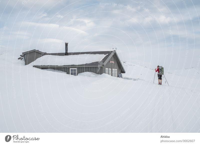 Skifahrer erreicht tief verschneite Hütte Mensch Ferien & Urlaub & Reisen Winter Leben Wege & Pfade Schnee Ausflug maskulin Eis Abenteuer authentisch Klima