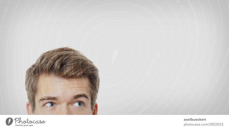Mann guckt zum Textfreiraum Mensch maskulin Junger Mann Jugendliche Erwachsene Kopf Auge 1 18-30 Jahre blond kurzhaarig beobachten Denken Blick grau