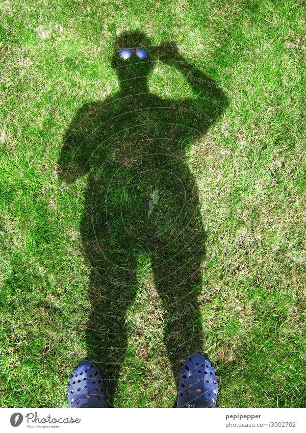 Pantoffelheld Freizeit & Hobby Häusliches Leben Mensch maskulin Mann Erwachsene Körper 1 Gras Garten Wiese Sonnenbrille Hausschuhe Coolness lustig grau grün