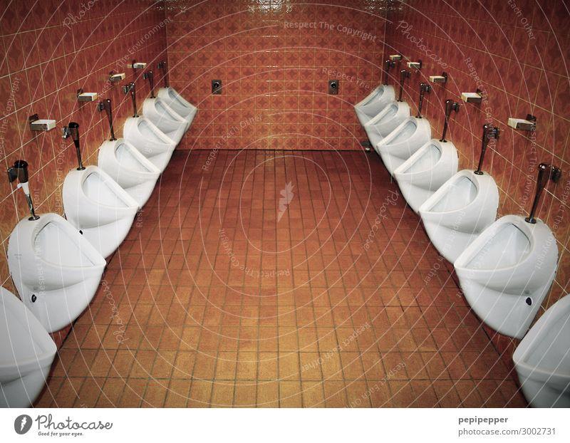 Großraum-Toilette Häusliches Leben Innenarchitektur Pissuar Pissoir Restaurant Bad Fliesen u. Kacheln Urinal Stein trashig orange weiß Männertoilette Dinge