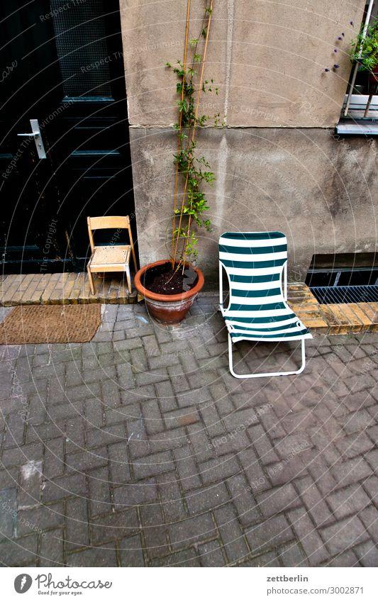 Zwei Stühle Stuhl Klappstuhl Campingstuhl Möbel Gartenmöbel Hochstuhl Hof Hinterhof Terrasse Innenhof Stadthaus Mieter Häusliches Leben Wohngebiet Pflanze