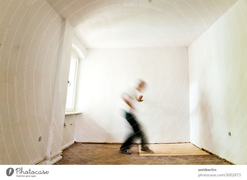 Suche Altbau Altbauwohnung Bewegungsunschärfe Flur Holzfußboden Fenster Bodenbelag Mann Mauer Mensch Stadthaus Raum Innenarchitektur Sanieren Tastsinn