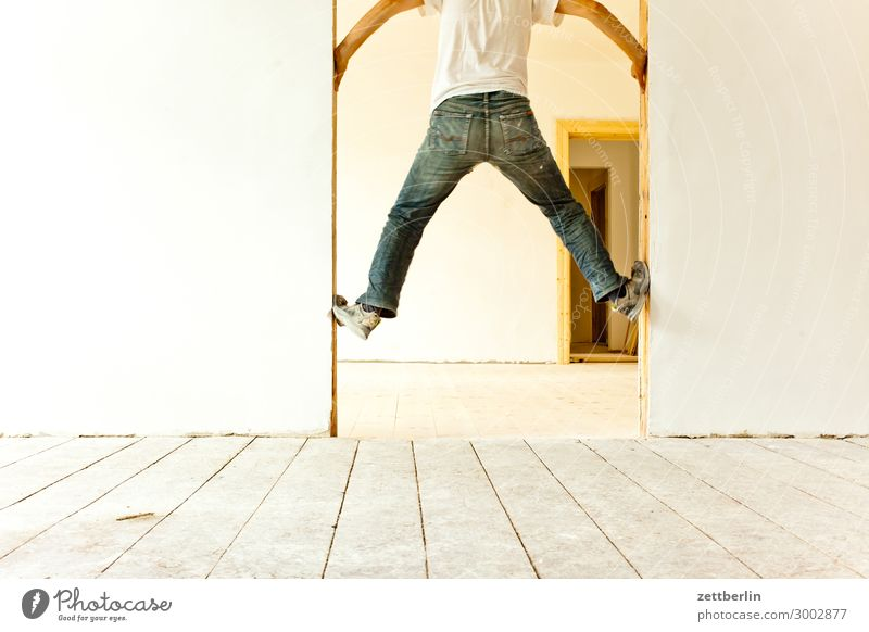 5100 - Aufstieg Bewegungsunschärfe Flur Holzfußboden Bodenbelag Mann Mauer Mensch Raum Textfreiraum Theaterschauspiel Schwache Tiefenschärfe Unschärfe