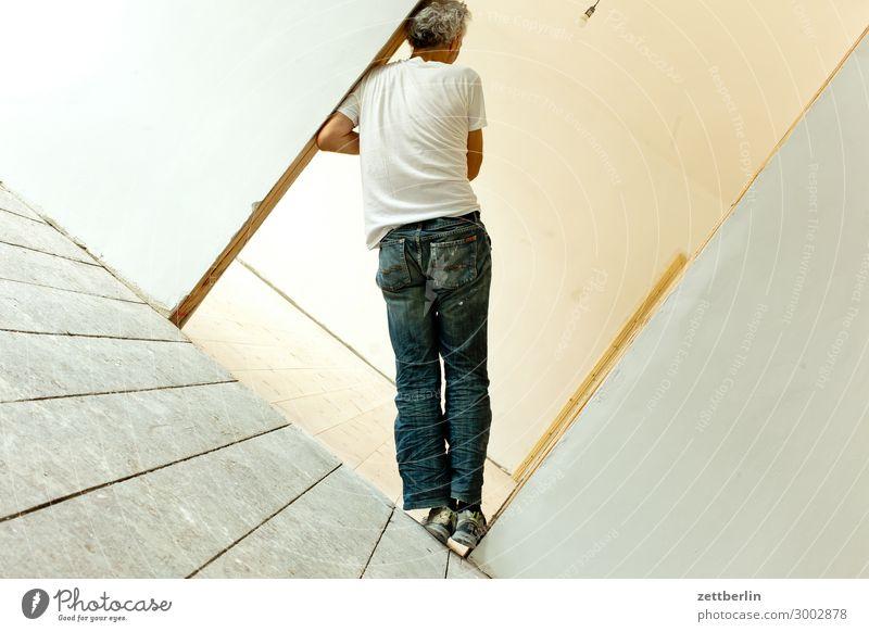 Gerade stehen Mensch Mann Holz Innenarchitektur Wand Textfreiraum Mauer Häusliches Leben Wohnung Raum Tür Rücken Perspektive warten Ecke