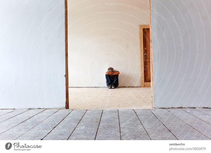 Alleine sitzen Bodenbelag Holz Holzfußboden Flur Mann Mensch Stadthaus Raum Innenarchitektur Renovieren Modernisierung Sanieren Textfreiraum Wand