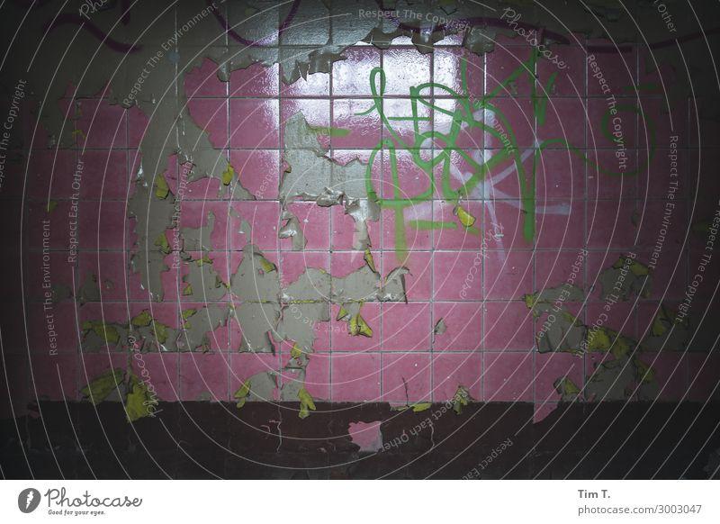 Fliese Stein stagnierend Fliesen u. Kacheln rosa pink Bad lost places Militärgebäude alt Farbfoto Innenaufnahme Nahaufnahme Menschenleer Textfreiraum links