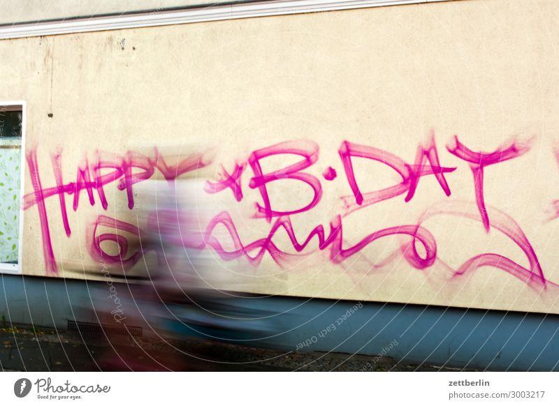 Geburtstag Happy Birthday Glückwünsche Geburtstagswunsch Wunsch Haus Wand Mauer Graffiti taggen Vandalismus Tagger beschmiert Beschriftung Fahrrad Fahrradfahren