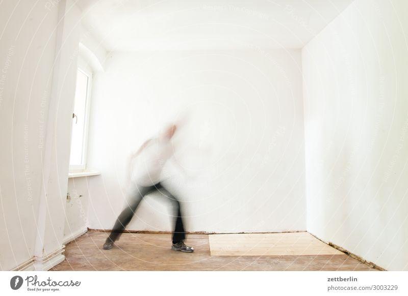Solotänzer Altbau Altbauwohnung Bewegungsunschärfe Flur Holzfußboden Bodenbelag Mann Mauer Mensch Stadthaus Raum Innenarchitektur Textfreiraum Theaterschauspiel
